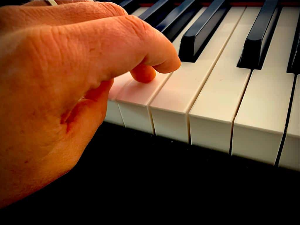 How to place hands on piano
